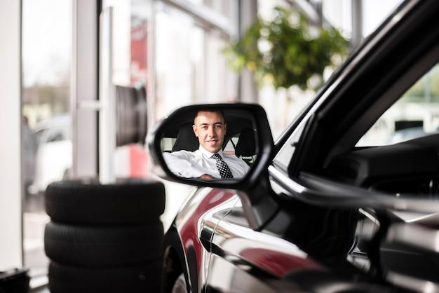 車の中の男をミラーリングフロントビュー 無料写真