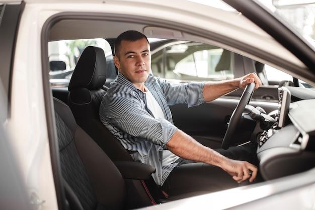 Молодой человек берет машину на тест-драйв Бесплатные Фотографии