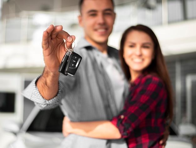 Пара счастлива за покупку новой машины Бесплатные Фотографии