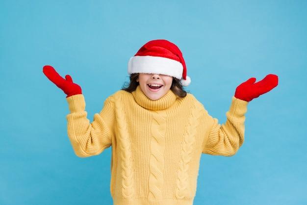 Игривая маленькая девочка в зимней одежде Бесплатные Фотографии