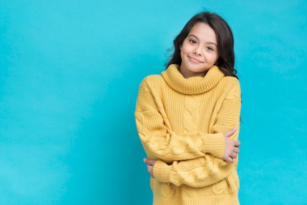 腕を組んでコピースペースを持つ少女 無料写真