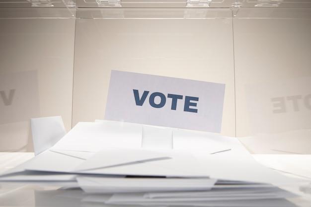 封筒の山の正面投票カード 無料写真