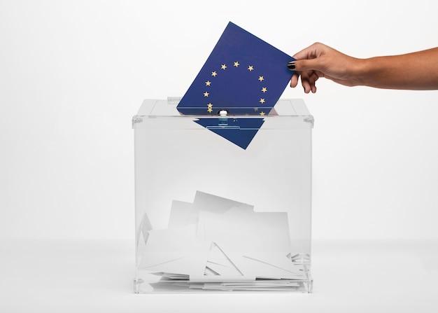 欧州連合旗カードを投票箱に入れる人 無料写真