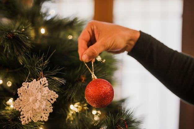 クリスマスツリーを飾る男 無料写真