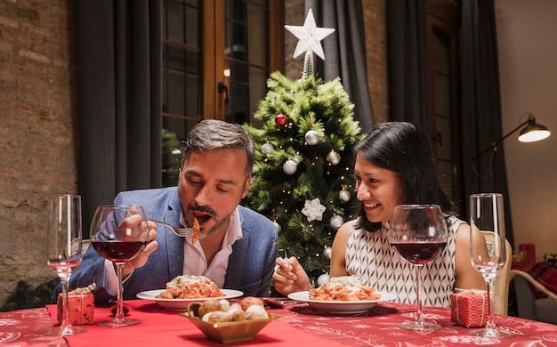 年配の男性と女性の夕食を食べて 無料写真