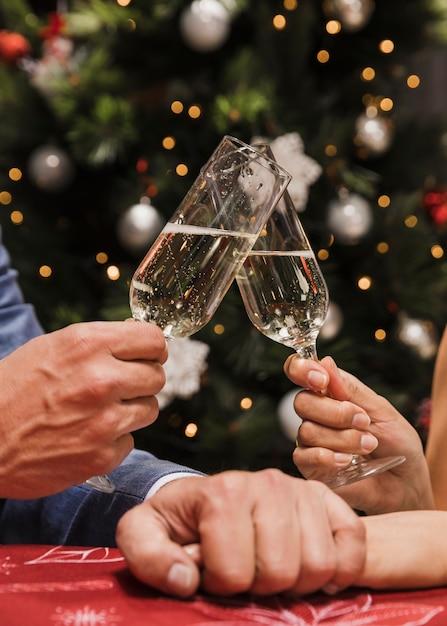 クローズアップカップル乾杯シャンパングラス 無料写真