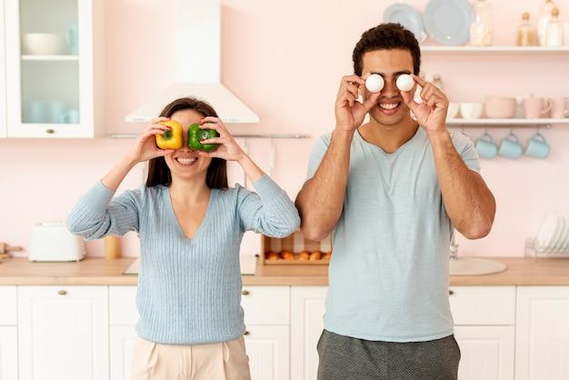 卵とピーマンでポーズミディアムショットカップル 無料写真
