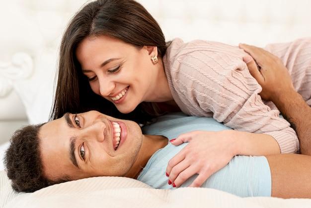 寝室でミディアムショットの幸せなカップル 無料写真