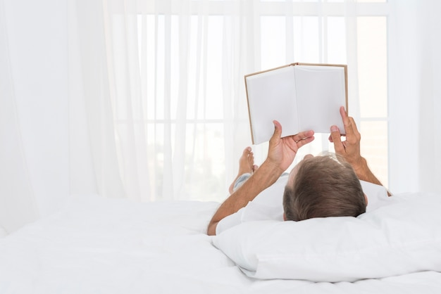 寝室で読んでいるクローズアップ男 無料写真