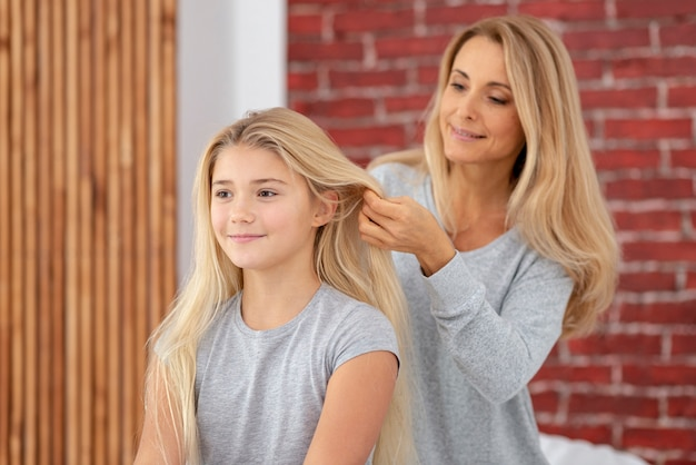 母の娘の美しい髪を配置 無料写真