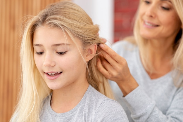 クローズアップ母編み娘の髪 無料写真