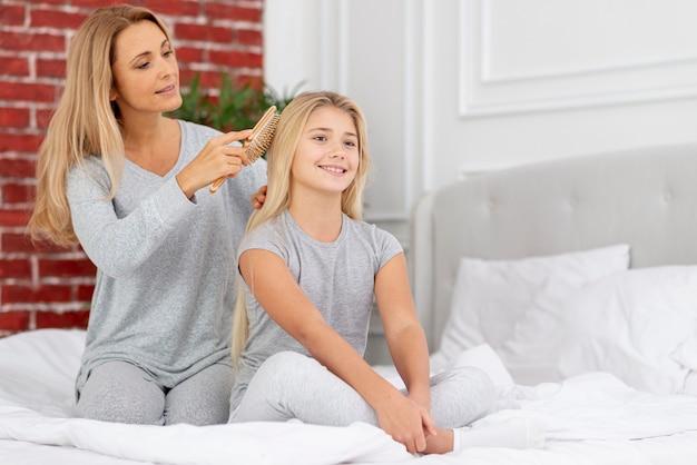 慎重な母編み娘の髪 無料写真