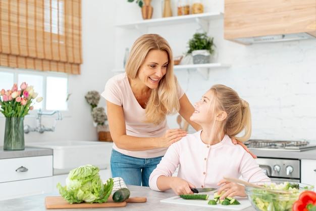 母と娘が一緒に料理 無料写真