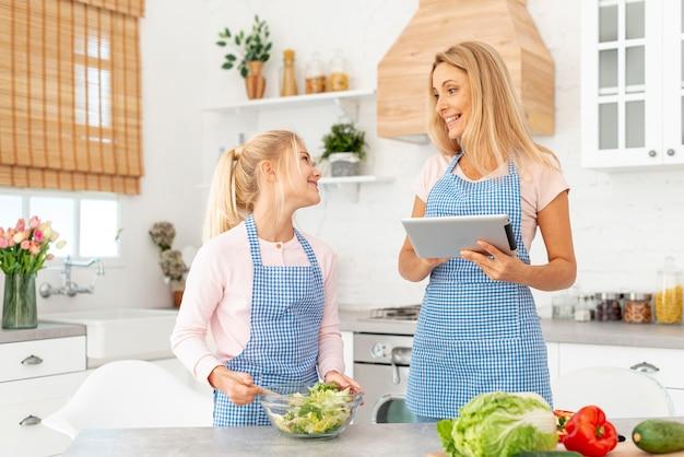 Мама и дочка готовят салат Бесплатные Фотографии