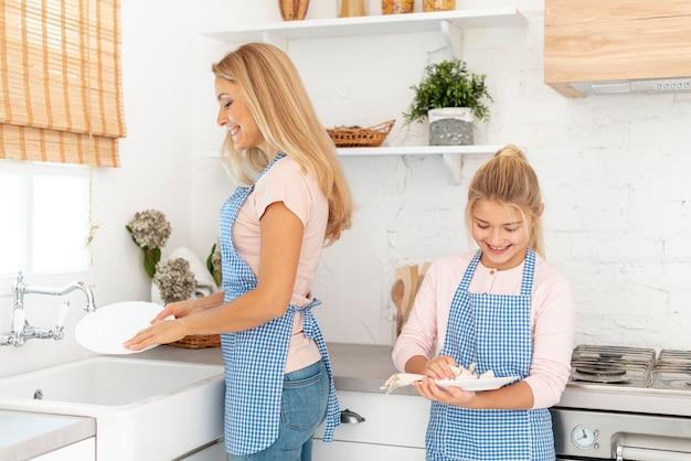 母と娘の皿洗い 無料写真