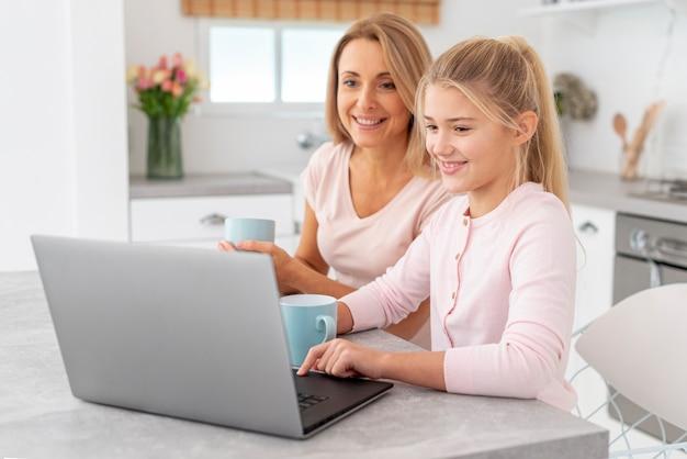 Мать и дочь работают на ноутбуке Бесплатные Фотографии