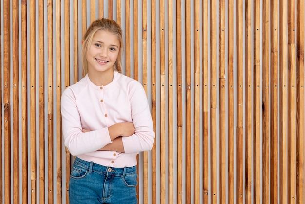 Улыбающаяся молодая леди позирует моды Бесплатные Фотографии