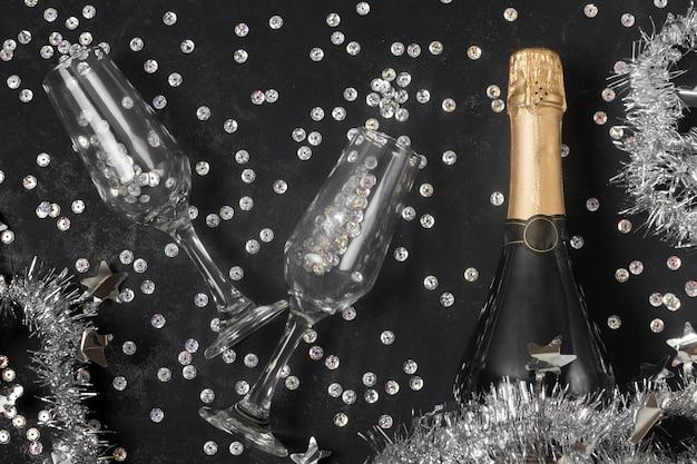 Вид сверху бутылку шампанского и бокалы Бесплатные Фотографии