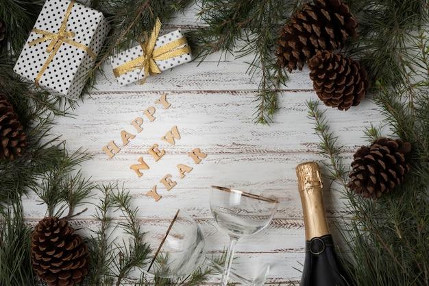 Вид сверху новогоднее шампанское и бокалы Бесплатные Фотографии