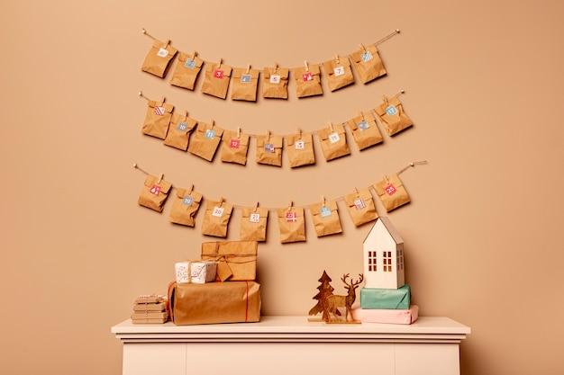 紙のスタイルで壁に正面のアドベントカレンダー 無料写真