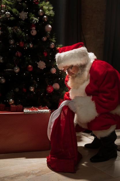 彼のプレゼントを探しているサンタクロース 無料写真