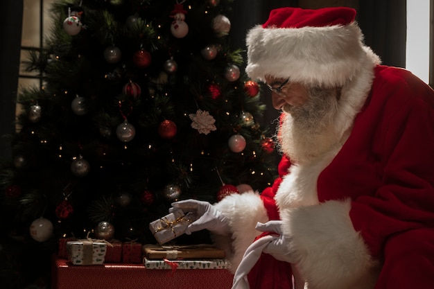 彼の贈り物を設定するサンタクロース 無料写真