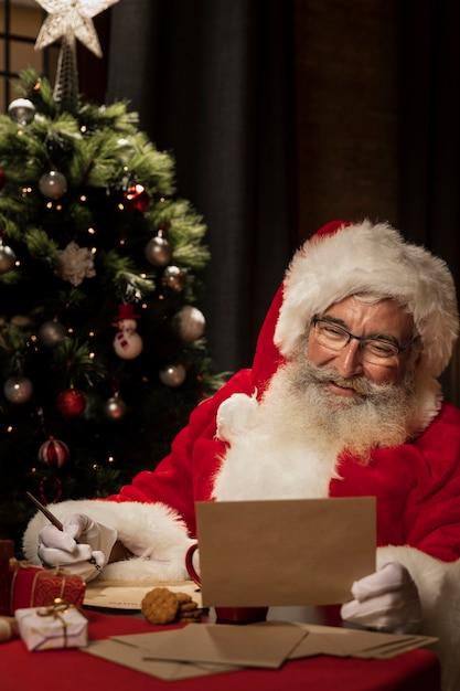 Санта читает рождественское письмо Бесплатные Фотографии