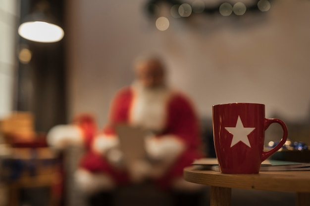 テーブルの上のクローズアップクリスマスマグカップ 無料写真