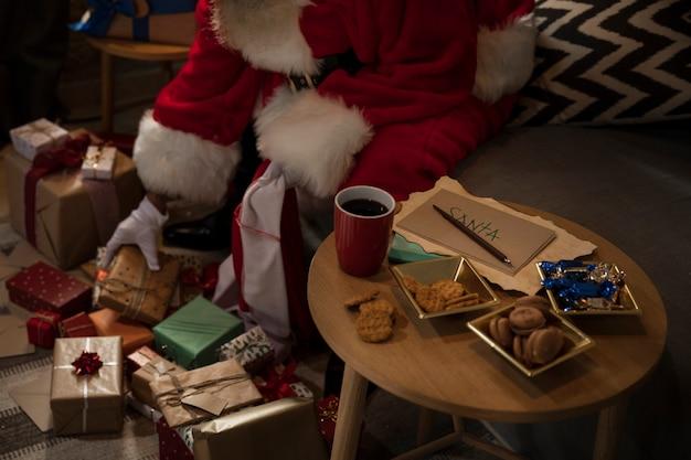 Санта-клаус готовит свою сумку подарков Бесплатные Фотографии