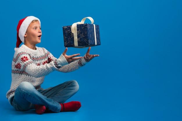 ギフトコピースペースを投げる少年 無料写真