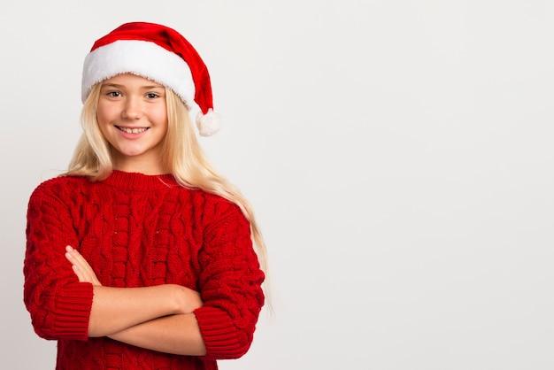 サンタ帽子コピースペースを持つ少女 無料写真
