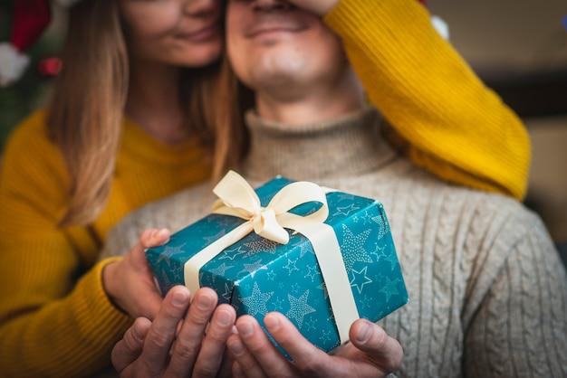 贈り物を持つ男驚くべき女性 無料写真