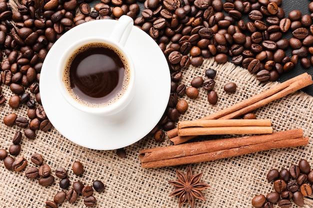 Вид сверху чашка кофе с фасолью Бесплатные Фотографии