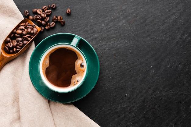 焙煎豆とコーヒーのトップビュー 無料写真