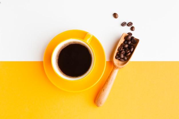 Чашка кофе с шариком на столе Бесплатные Фотографии