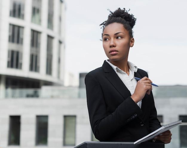 離れているビジネスの女性 無料写真