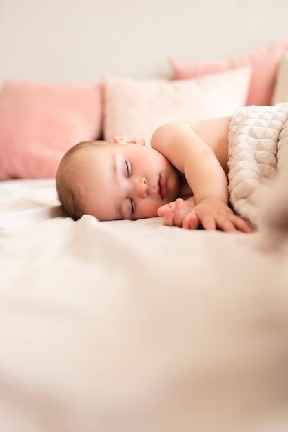 眠っているかわいい赤ちゃんのクローズアップ 無料写真