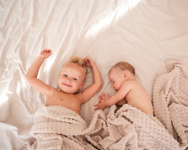 室内の愛らしい兄弟の平面図 無料写真