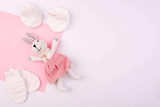 Кроличья плюшевая игрушка и варежки Бесплатные Фотографии
