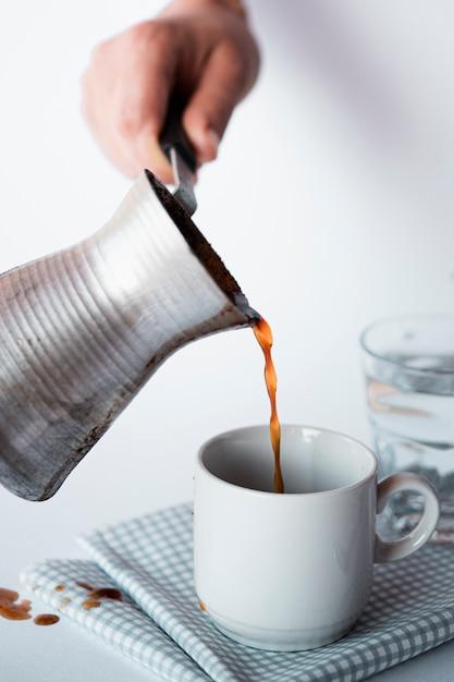 Макро чашка кофе с кетлем Бесплатные Фотографии