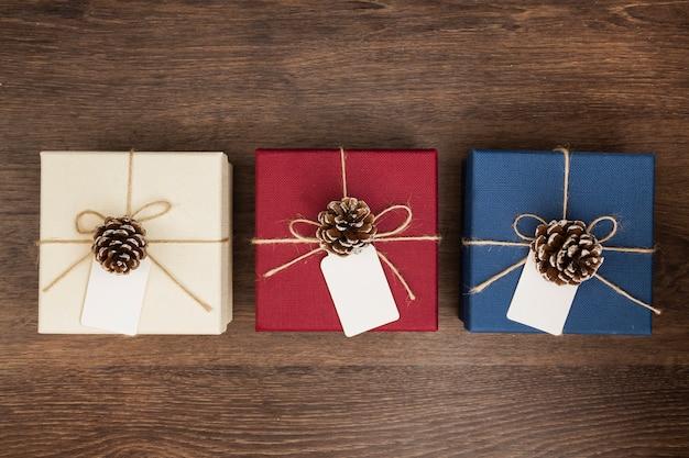 木製の背景にクリスマスプレゼントとフラットレイアウト配置 無料写真