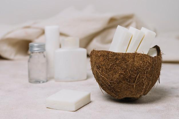 ココナッツボウルにオイルとココナッツ石鹸バー 無料写真