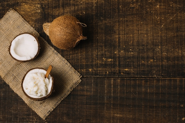 トップビューココナッツオイルナッツとコピースペース 無料写真