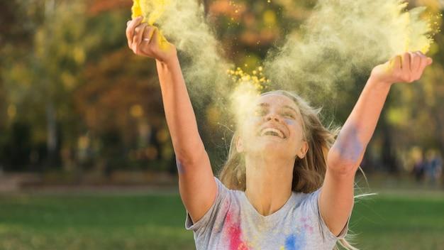 空気中の色を投げる笑顔の女性 無料写真