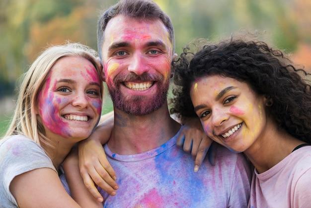 祭りでポーズをとって幸せな人 無料写真
