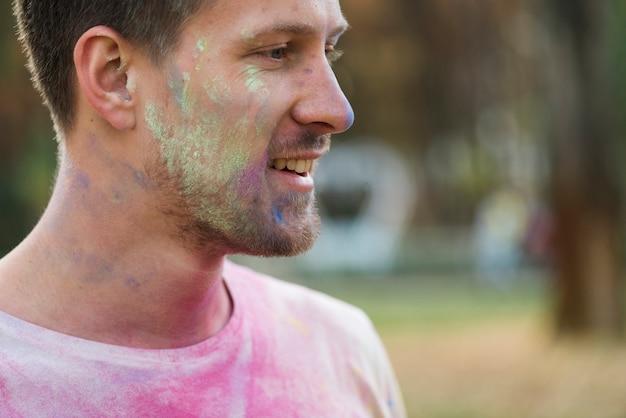粉ペンキで覆われた頬のクローズアップ 無料写真