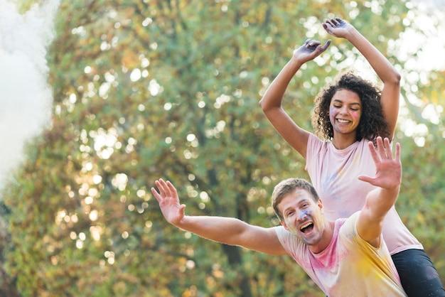 ホーリーでポーズをしながら自由に感じるカップル 無料写真
