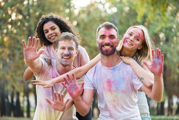 Друзья, показывая свои цветные ладони на холи Бесплатные Фотографии