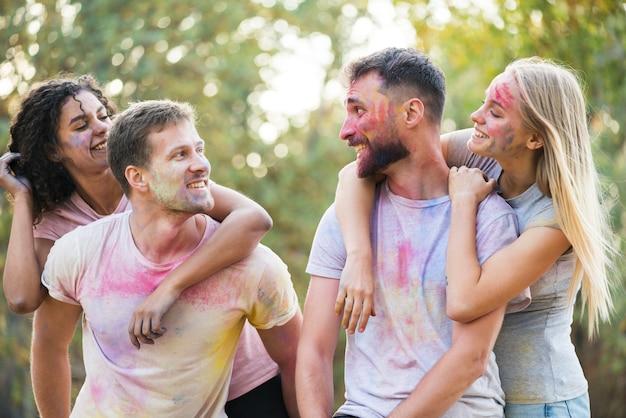 お祭りでポーズをしながらお互いを見ているカップル 無料写真