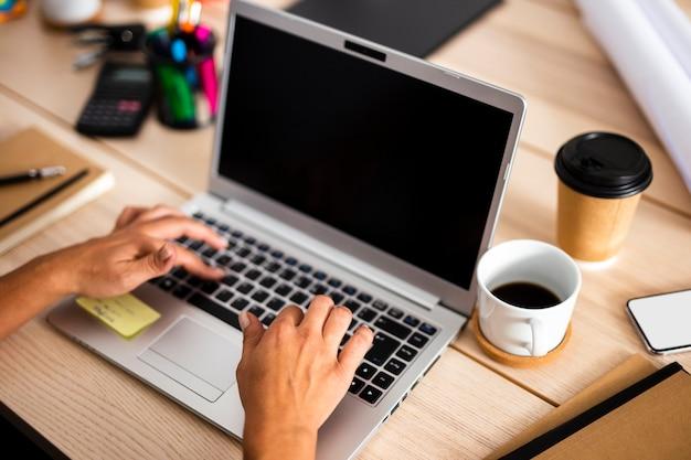 オフィスの机の上の高角のラップトップ 無料写真